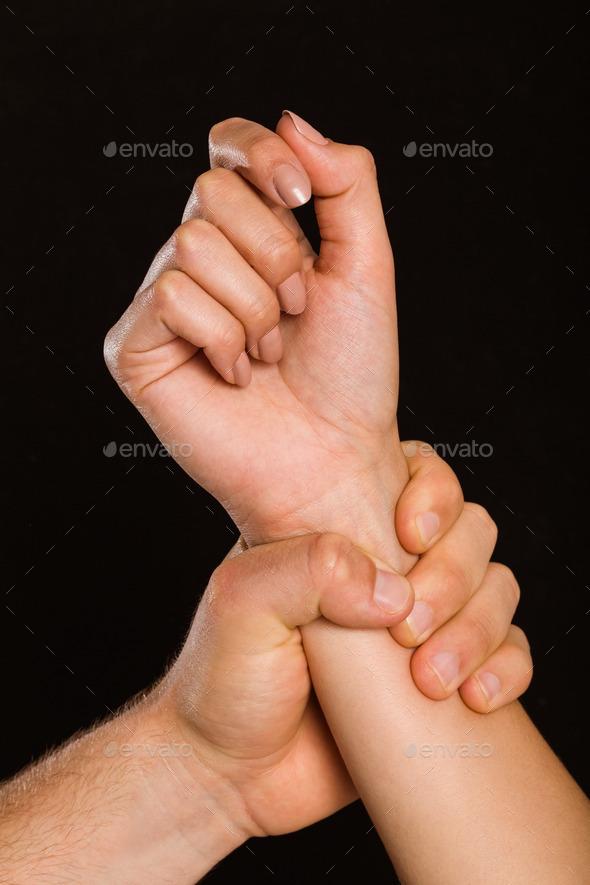 Человека кусающего свою руку