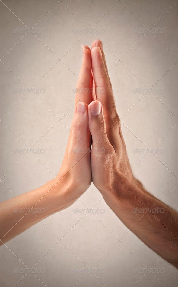 мужчина берет руку женщины в свои ладони полностью