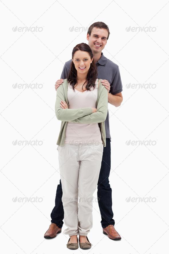 Парень кладет голову на плечо девушке