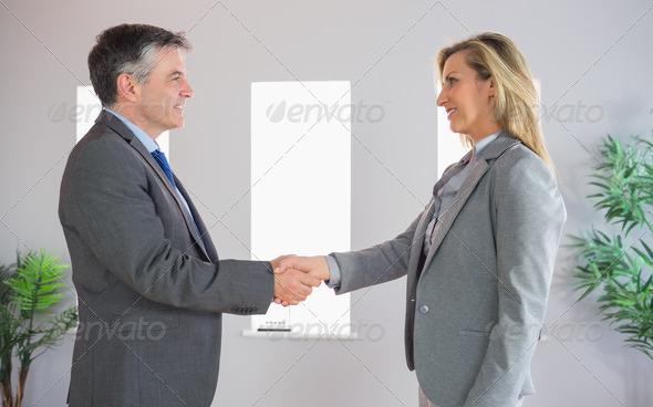 Жмут ли руку женщине при знакомстве