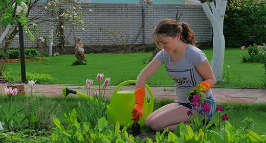 4K-Full HD-Young girl gardening