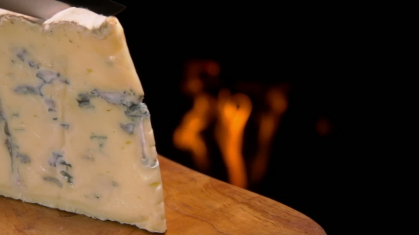 how to cut blue cheese