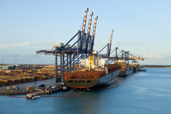 ships loading in grand bahama - Stock Photo - Images