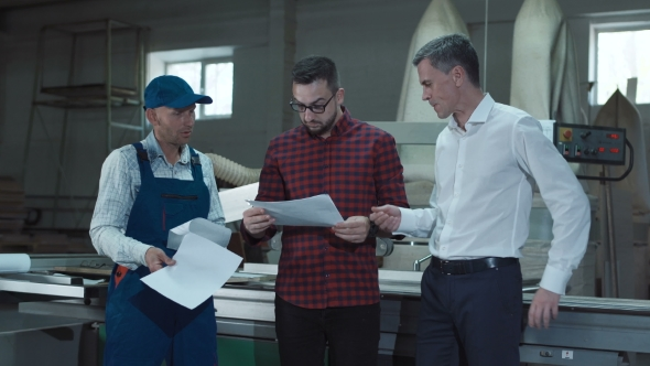 VideoHive Foreman Explaining Blueprint To Workers 20629645