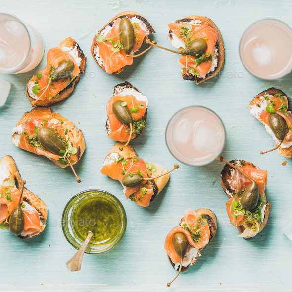Crostini with smoked salmon and pink grapefruit cocktails - Stock Photo - Images