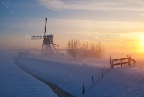 Wingerdse mill near Oud-Alblas in the Dutch region Alblasserwaard in a misty and wintry landscape - Stock Photo - Images