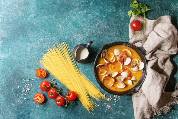 Vongole in sauce - Stock Photo - Images