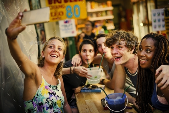 A group of tourists enjoying bucket drinks in Khao San Roa, Bang - Stock Photo - Images
