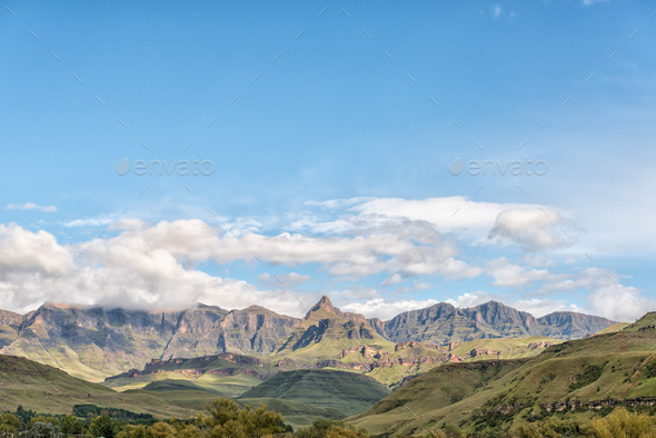 Drakensberg at Garden Castle. Rhino Peak is visible in middle - Stock Photo - Images