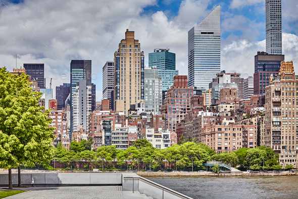 New York City seen from the Roosevelt Island. - Stock Photo - Images