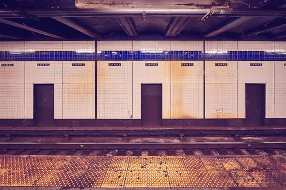Canal Street subway station platform, New York. - Stock Photo - Images