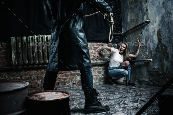 Maniac with rope prepares to strangle his victim - Stock Photo - Images
