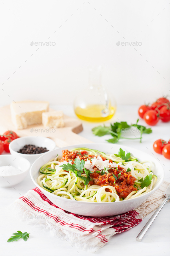 keto paleo zoodles bolognese: zucchini noodles with meat sauce a - Stock Photo - Images