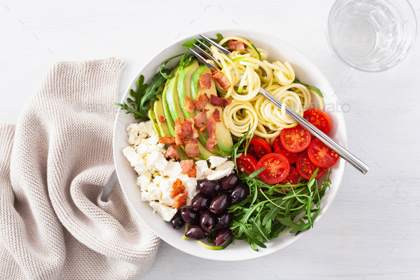 ketogenic lunch bowl: spiralized courgette with avocado, tomato, - Stock Photo - Images