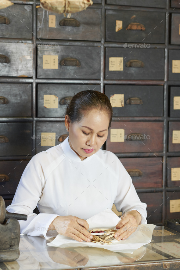 Chinese medicine practitioner packing order - Stock Photo - Images