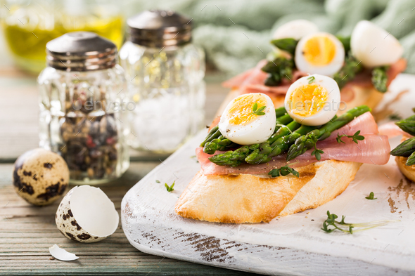 Fresh sendwich with ham, asparagus and quail eggs - Stock Photo - Images