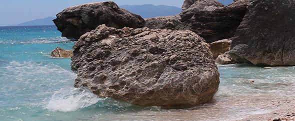 Waves%20crushing%20on%20rocks%20inline