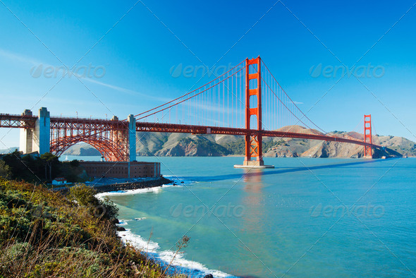 The Golden Gate Bridge in San Francisco with beautiful blue ocea - Stock Photo - Images
