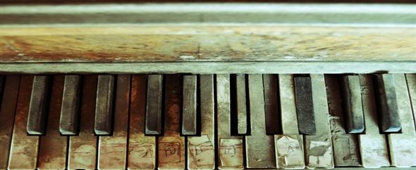 Staroe pilnoe pianino 590x242