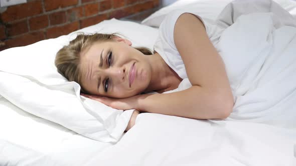 woman crying in bed crying woman lying in bed at night thinking about 2334