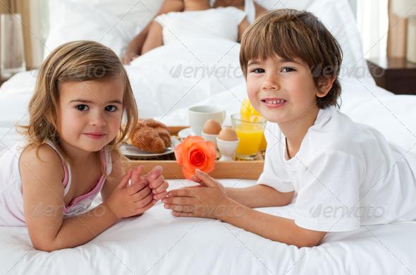 брат развлекается с сестрой пока нет родителей видео