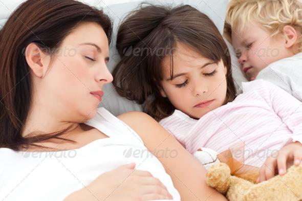 фото как брат трогает спящую сестру