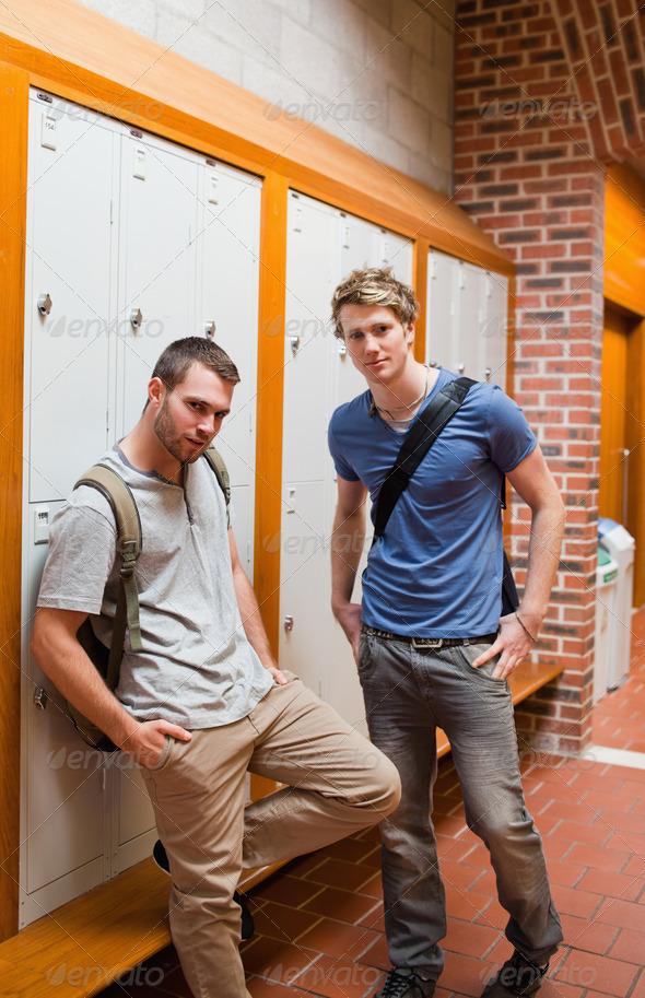 молодые парни в раздевалке